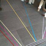 Installation mit farbigen tape